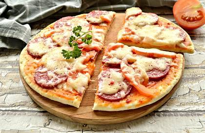 Быстрая пицца на сковороде на готовой основе