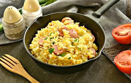 Рис с сосисками на сковороде